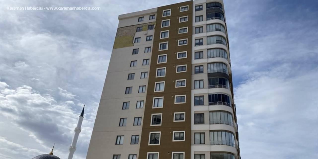 Niğde'de Şiddetli Rüzgar Binanın Dış Cephe Kaplamasını Kopardı
