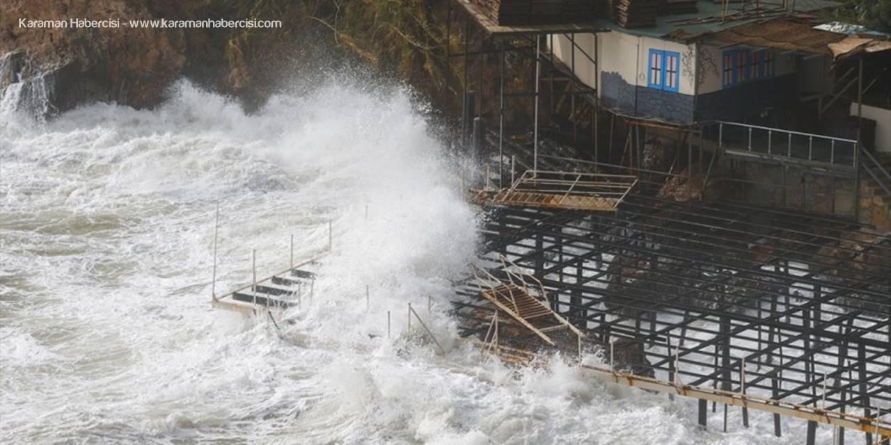 Antalya'da Kuvvetli Rüzgar Ve Sağanak Etkili Oluyor