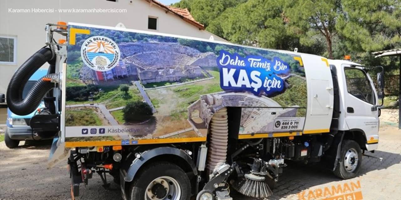 Beytüşşebap Belediyesinden Kaş'a Yol Süpürme Aracı Hediye Edildi