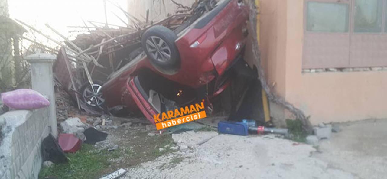 Kavşaktan Çıkan Otomobil Garaj Boşluğuna Takla Attı