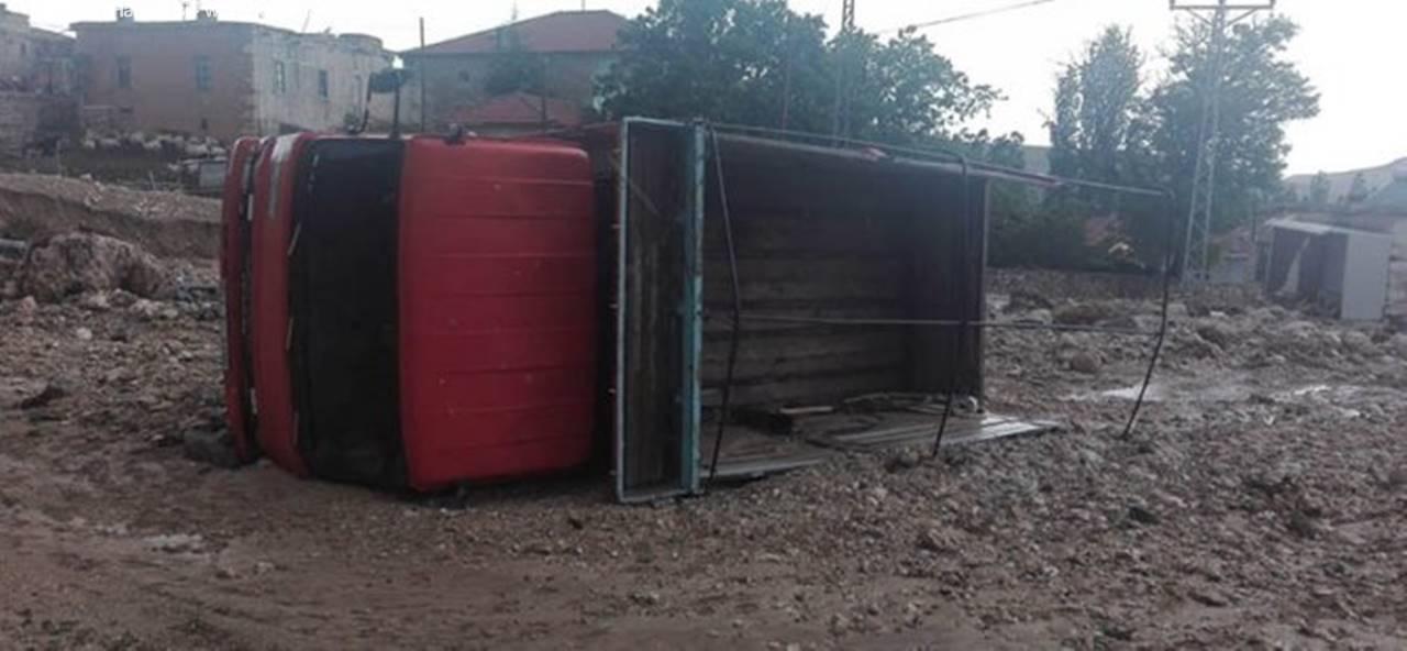 Karaman'da Yağmurla Gelen Sel Kamyonu Devirdi