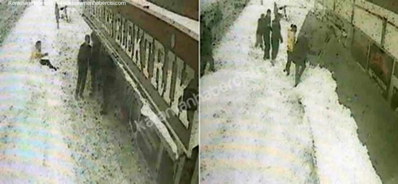 Karaman'da Çocukların Üstüne Düşen Tabela Güvenlik Kamerasında