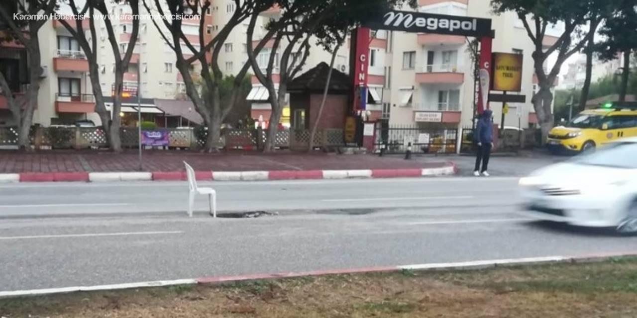 Antalya'da Yolda Oluşan Çukura Sandalyeli Önlem