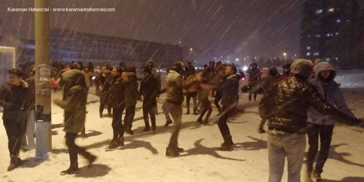 Konya'da Üniversite Öğrencileri Kar Altında Halay Çekti