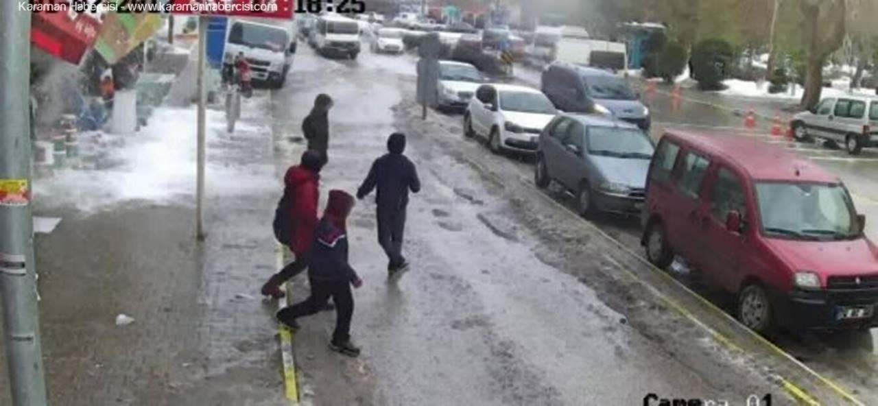 Otobüs Beklerken Düşen Kar Kütlesi Korkuttu