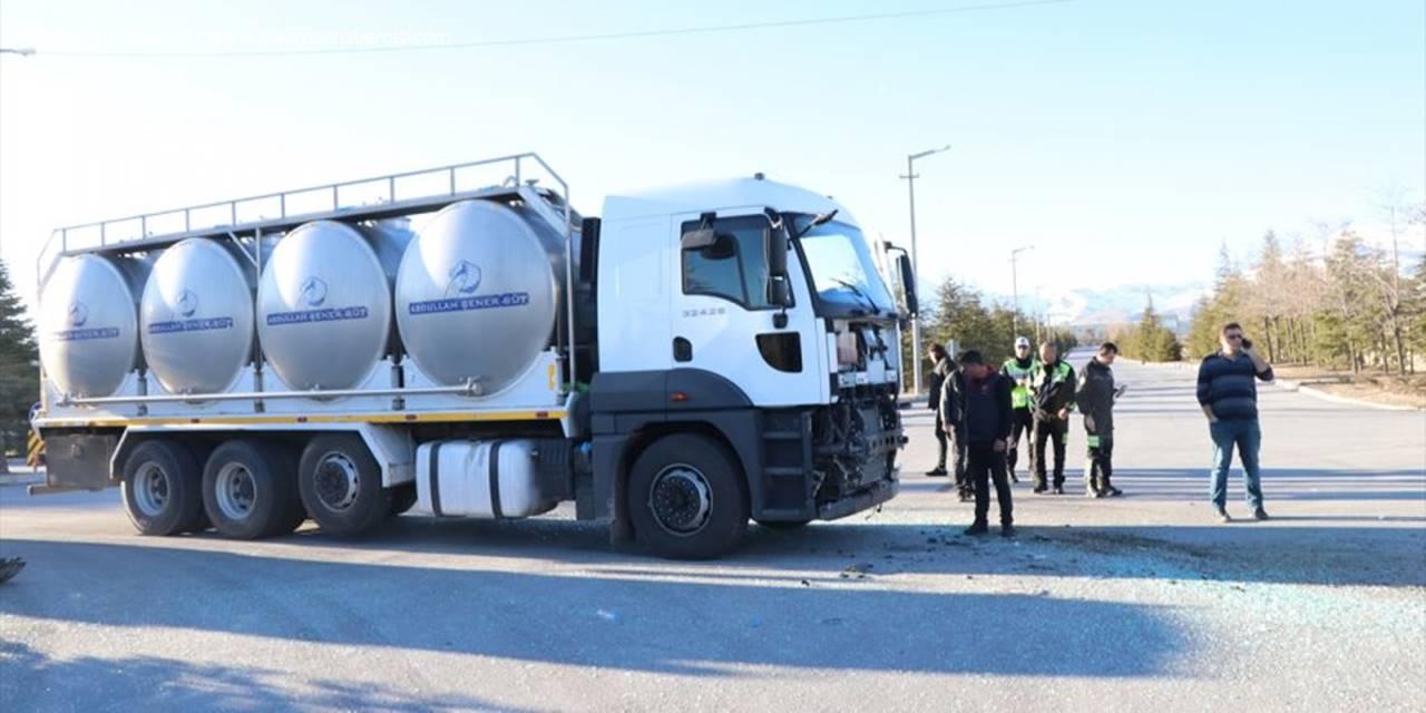 Niğde'de Minibüsle Süt Tankeri Çarpıştı: 7 Yaralı