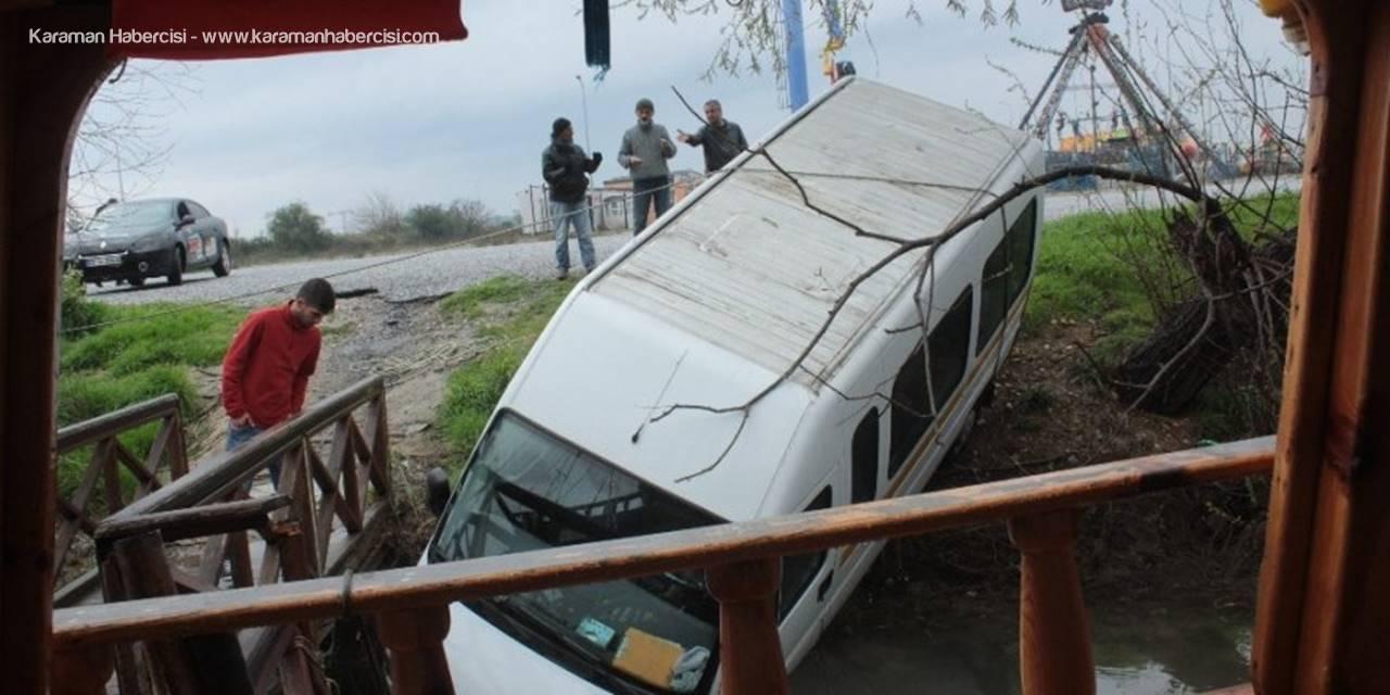 Antalya'da El Freni Tutmayan Minibüs Manavgat Irmağına Uçtu