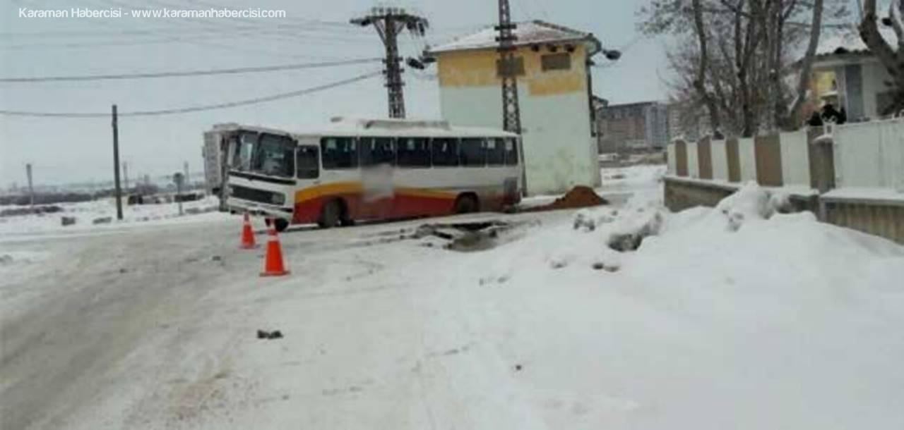 Fabrika Otobüsü Çöken Yola Saplandı