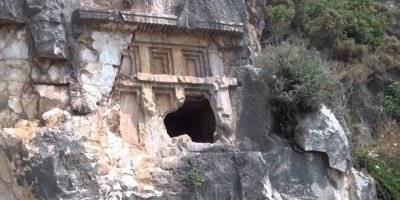 Antalya'da 2 Bin 500 Yıllık Kaya Mezarı Parçalandı