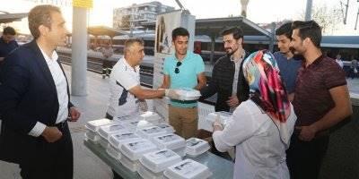 Karaman'da Tren Yolcularına İftarlık Dağıtıldı