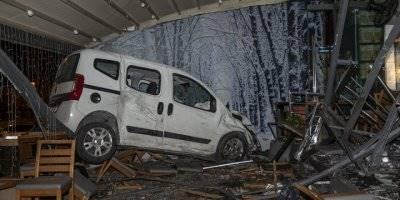 Ankara'da Otomobil Kafeye Daldı