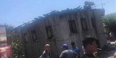 Antalya'da Çatı Yangını Evi Kül Etti