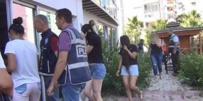 Antalya'da Düzenlenen Fuhuş Operasyonunda 66 Kadın Sınır Dışı Edildi