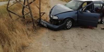 Karaman'da Otomobil Yüksek Gerilim Direğine Çarptı