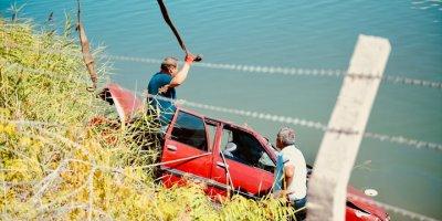Gölete Devrilen Otomobildeki İki Kişiden Biri Öldü