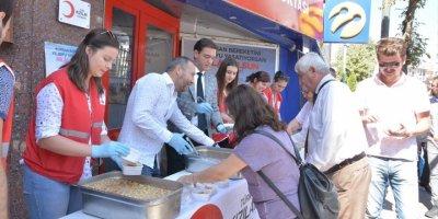 Türk Kızılayı'ndan Aşure İkramı