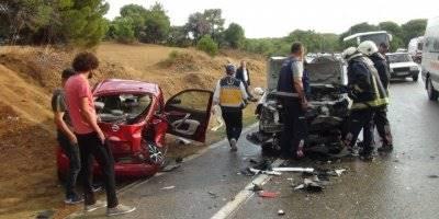 Antalya'nın Manavgat İlçesinde Meydana Gelen ve 3 Aracın Karıştığı Trafik Kazasında 4 Kişi Yaralandı