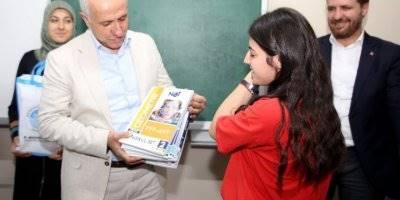 Akdeniz Belediye Başkanı Muhammet Mustafa Gültak'tan Gençlere Üniversite Hazırlık Kitap Seti