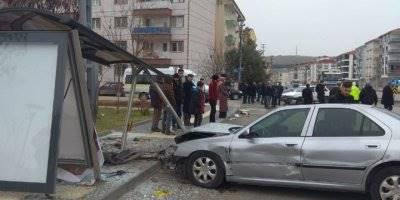 Başkent'te Otomobil Otobüs Durağına Çarptı: 2 Yaralı