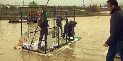 Antalya'da Sağanak Yağmurda El Yapımı Sal Çaresi