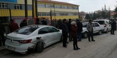 Konya'da Otomobil Park Halindeki Araçlara Çarptı: 3 Yaralı
