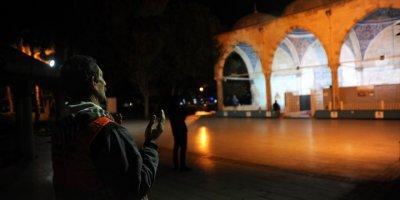 Vatandaş Camilerden Yapılan Dualara Eşlik Ediyor