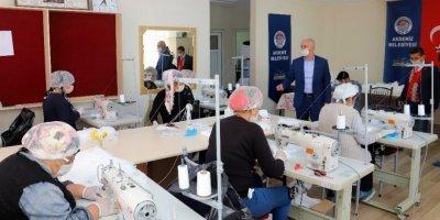 Mersin'de Kadın Kursiyerler, Günlük 5 Bin Maske Üretiyor