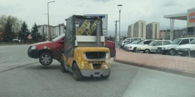 Forklift İle Caddede Otomobil Taşıdı