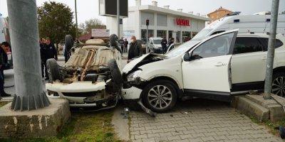 Antalya'da İki Otomobil Çarpıştı: 2'si Polis, 3 Yaralı