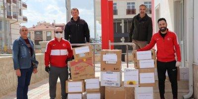 Karaman'da Antrenörlerden Sokağa Çıkamayan Yaşlılara Gıda Paketi Yardımı