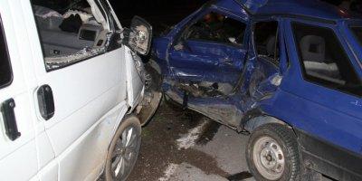 Konya'da Otomobille Kamyonet Çarpıştı: 1 Ölü, 4 Yaralı
