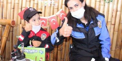 Küçük Yusuf'a Polislerden Evinde Doğum Günü Sürprizi
