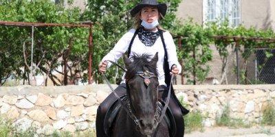 At Sırtında Görenleri Hayran Bırakıyor