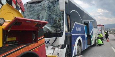 Eskişehir'de Çekiciyle Yolcu Otobüsü Çarpıştı