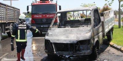 Antalya'da Kamyonet Seyir Halinde Alev Topuna Döndü