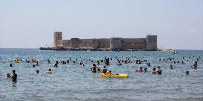 Mersin'de Sıcak Havadan Bunalanlar Denize Koştu