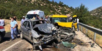 Antalya'da Taksi İle Otomobil Çarpıştı: 9 Yaralı
