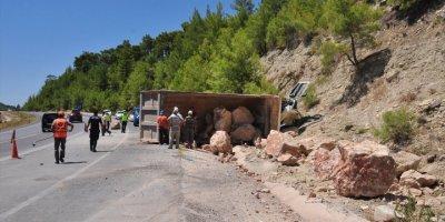 Antalya'da Hafriyat Kamyonu Devrildi Sürücü Ölümden Döndü