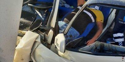 Antalya'da Otomobilde Sıkışan Sürücü İtfaiye Ekiplerince Kurtarıldı