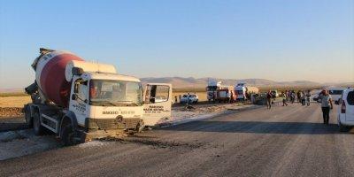 Yunak'ta Otomobil İle Beton Mikseri Çarpıştı: 1 Yaralı