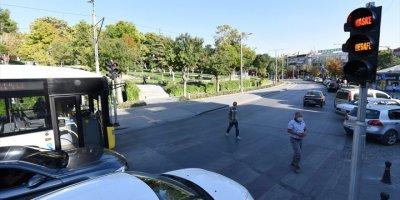 Konya'da Trafik Işıklarıyla Kovid-19 Uyarısı
