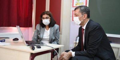 Milli Eğitim Bakanı Selçuk, Uzaktan Eğitimin İlk Ders Zilini Çaldı