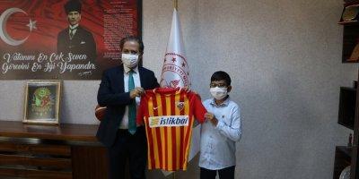Kayseri'de 30 Ağustos'ta Tek Başına Şehitliği Ziyaret Eden Ahmet'e Hediye Forma