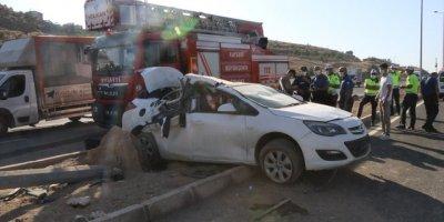 Kayseri'de Otomobil Elektrik Direğine Çarptı: 1 Ölü, 2 Yaralı
