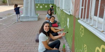 Kayseri'de Fedakar Öğretmenler Okulun Duvarlarını Boyadı