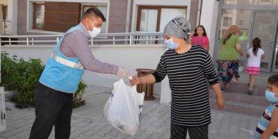 Kahramankazan Belediyesi Esnaftan Satın Aldığı Kavunları Vatandaşlara Dağıttı