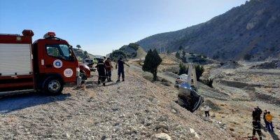 Antalya'da Otomobil Beton Direğe Çarptı: 1 Ölü, 2 Yaralı