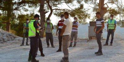 Mersin'de Kamyonet Kasasındaki 14 Kişi Ve Sürücüye Kovid-19 Tedbirlerine İhlalden Ceza