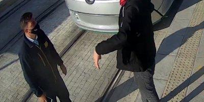 Biletsiz Tramvaya Binmeye Çalışan Kişi, Kendisini Uyaran Güvenlik Görevlisini Bıçakladı