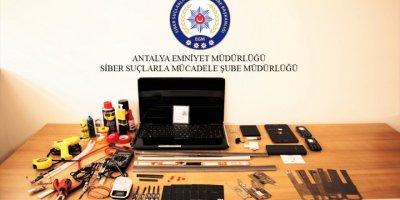 Antalya'da, Atm'de Kartları Kopyalayıp Dolandırıcılık Yaptığı İddia Edilen Zanlılardan Biri Tutuklandı